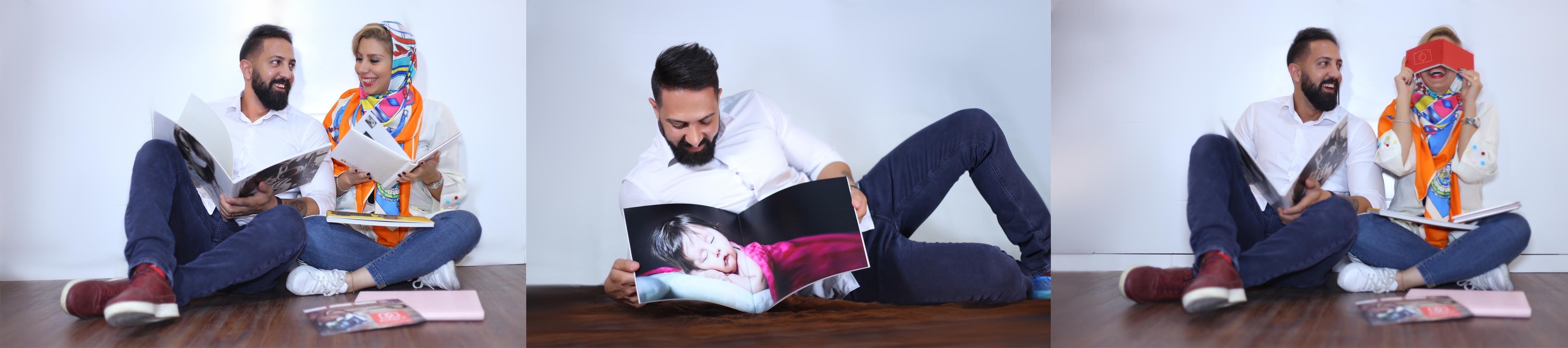مرد و زنی در حال تماشای آلبوم دیجیتال خود